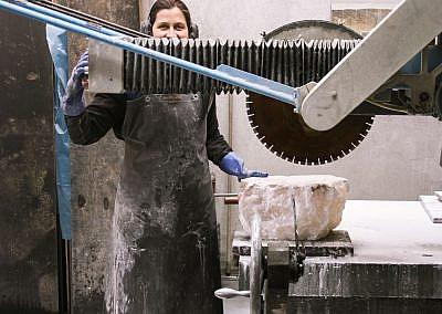 Anna Staudt im Atelier, das sie sich mit Steinmetzmeister Martin Vetten teilt