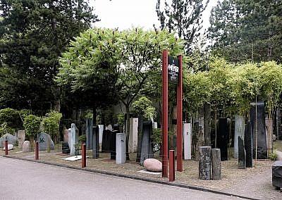 Anna Staudt in ihrer Freiluftausstellung am Friedhof Itter