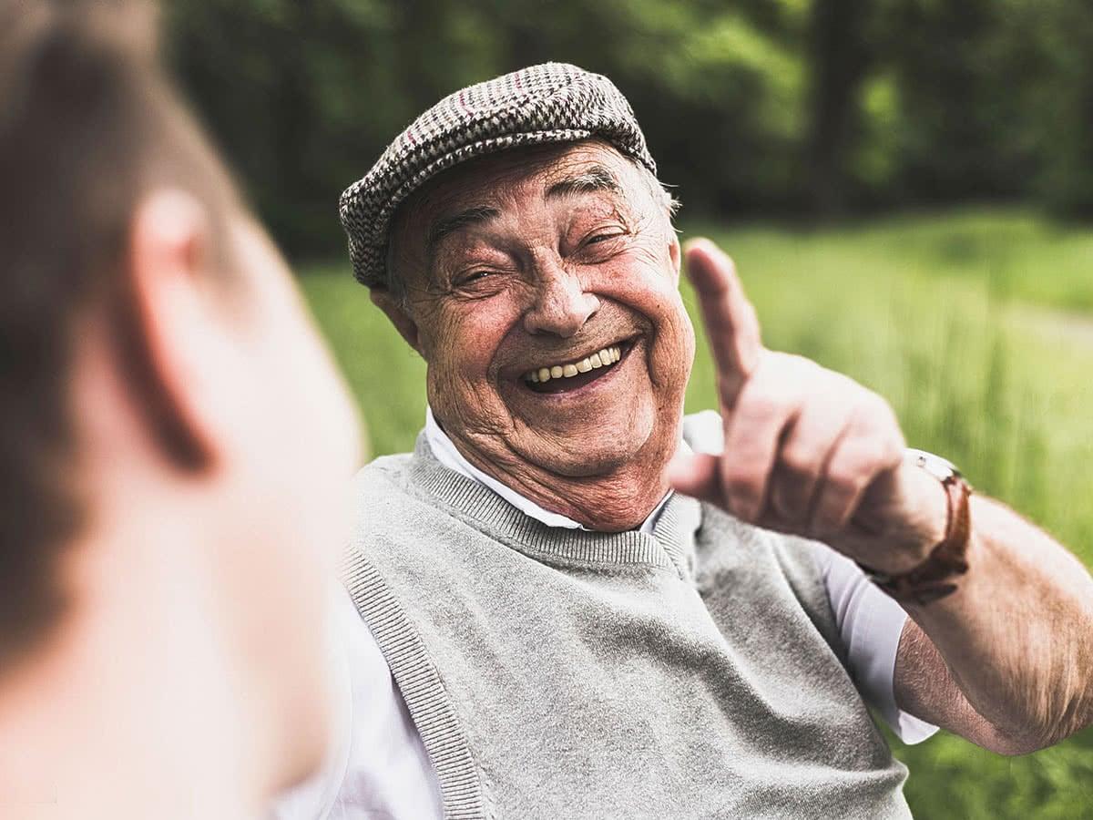 fröhlicher alter Mann