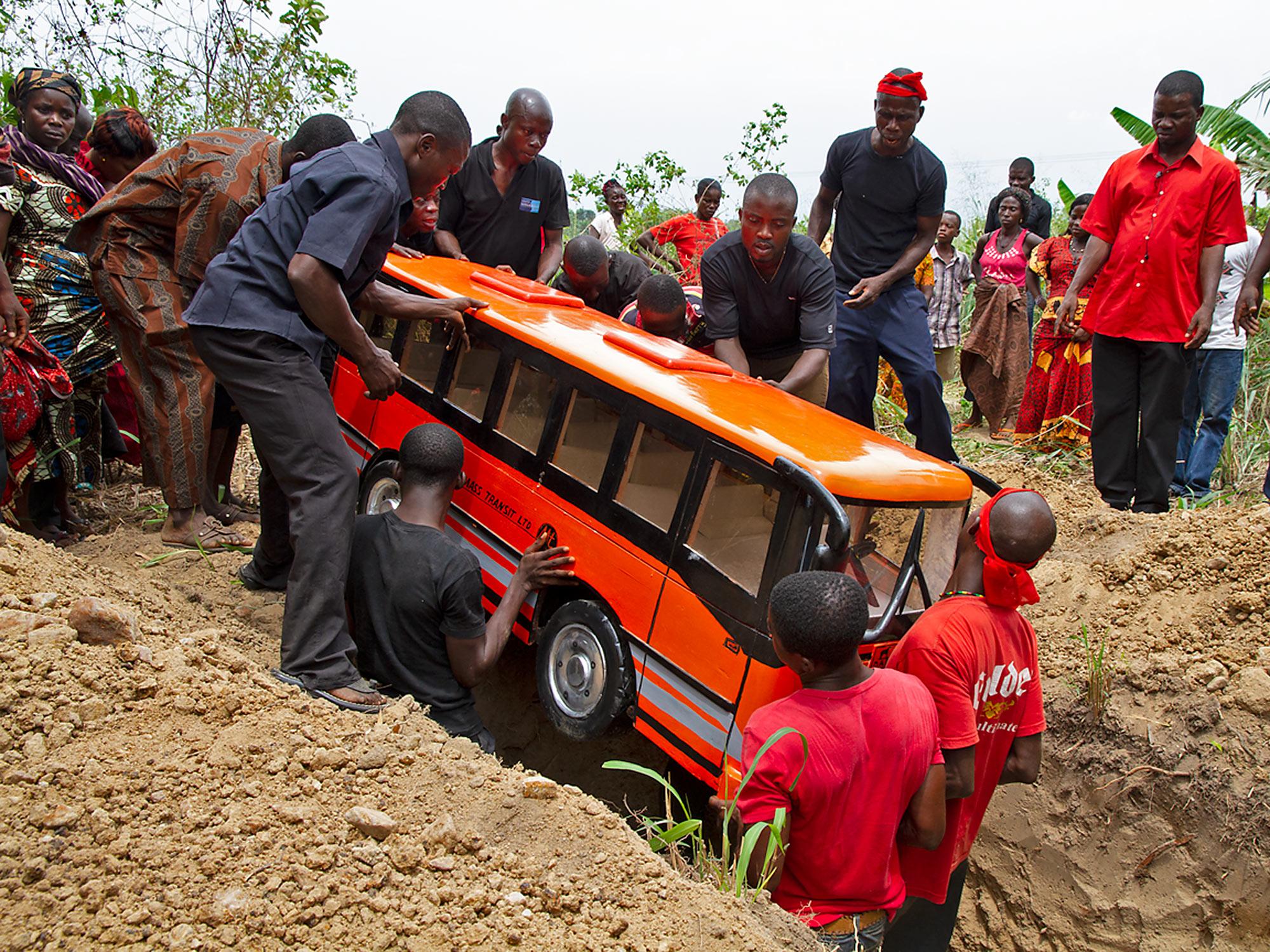 Beerdigung in Ghana in Reisebus-Sarg